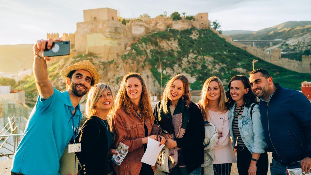 Grupos amigos selfie visita guiada en Almeria Raizes